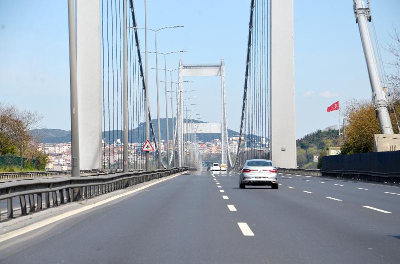 Sokağa çıkma kısıtlaması ikinci gününde Fatih Sultan Mehmet Köprüsünün boş kaldığı görüntüleri.