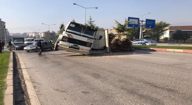 İnegöl'de kamyon devrildi