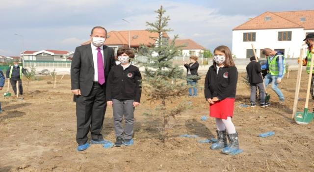 """Edirne'de öğrenciler fidanları """"Cumhuriyet"""" için dikti"""