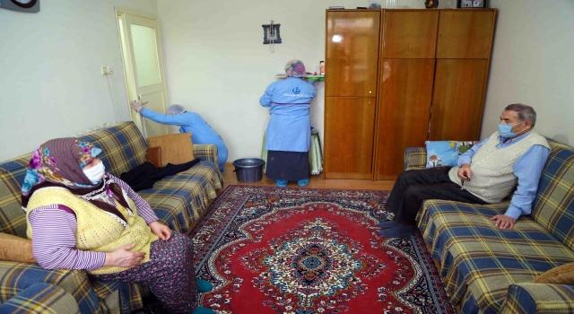 Bağcılar Belediyesinin Yaşama Destek Projesi'yle yaşlı çiftin evi her ay temizleniyor