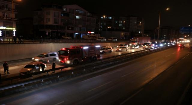 Kocaeli'de D100 Karayolundaki trafik kazası nedeniyle uzun araç kuyruğu oluştu