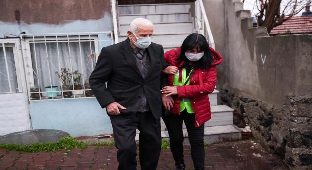 Vefa ekipleri, yalnız yaşayan 86 yaşındaki vatandaşı Kovid19 aşısı için hastaneye götürdü