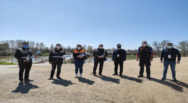 Edirne'de AFAD'dan denetim noktalarında görev yapan polislere ziyaret