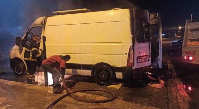 Kocaeli'de park halindeyken yanan panelvan kullanılamaz hale geldi