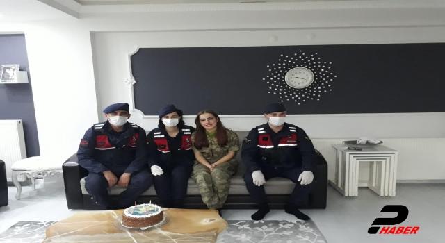 Yalova'da evinden çıkamayan genç kıza jandarmadan doğum günü sürprizi