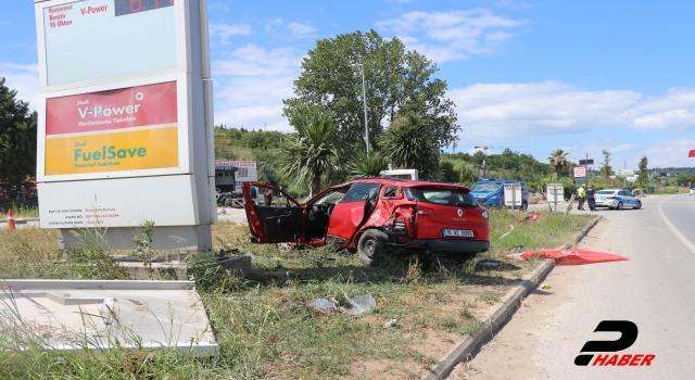 Otomobil akaryakıt istasyonu tabelasına çarptı: 4 yaralı