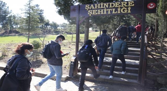 """""""Yarın Çok Genç Olacak Projesi"""" kapsamında Çanakkale'ye gelen 160 öğrenci şehitlikleri ziyaret etti"""