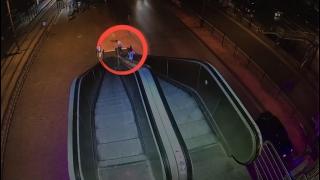 Acil durum butonuna basarak yürüyen merdivenleri durduran kişiler güvenlik kamerasında