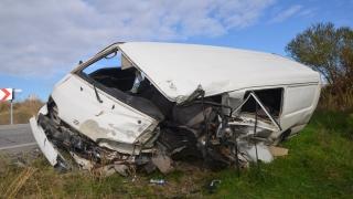 Tekirdağ'da kamyon ile minibüsün çarpıştığı kazada baba oğul yaralandı