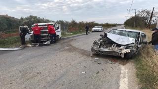 Balıkesir'de kamyonetle otomobil çarpıştı: 4 yaralı