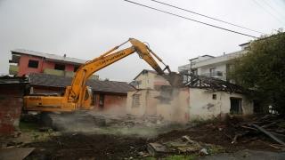 """Marmara Depremi'nin """"merkez üssü""""nde hasarlı binalar yıkılıyor"""