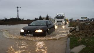 Edirne'de yarıya kadar suya gömülen aracın camında çıkan sürücünün aracını itfaiye kurtardı