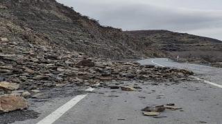 Tekirdağ'da sağanak ve fırtına nedeniyle düşen kaya parçaları yolu kapattı