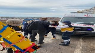 Edremit'te iki otomobil çarpıştı: 2 yaralı