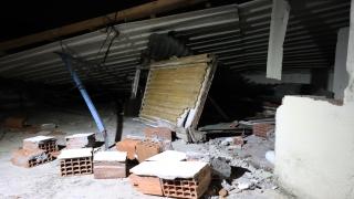 Bursa'da lodosun etkisiyle bir evin çatısı uçtu