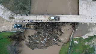 Edirne'de taşkında kemerleri kütüklerle tıkanma aşamasına gelen Fatih Köprüsü temizlendi