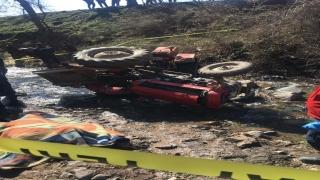 Balıkesir'de devrilen traktörün altında kalan sürücü hayatını kaybetti