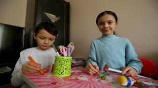 """İki kardeş hazırladıkları """"Karagöz ve Hacivat"""" oyununu sosyal medyadan evlere taşıdı"""