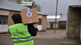 Tuzla Belediyesi Çaldıran'da yaşayan ihtiyaç sahibi ailelere gıda yardımı yaptı