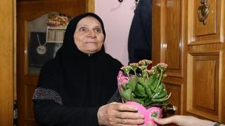 Salgın nedeniyle memleketlerine gelemeyen Kocaelili üniversite öğrencilerinden annelerine çiçek sürprizi