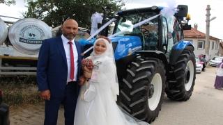 """Bilecik'te evlenen """"çiftçi başkan"""", traktörü gelin arabası yaptı"""