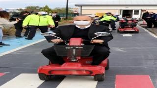 Edirne Valisi Canalp Trafik Eğitim Parkı'nda öğrencilerle akülü araç sürdü
