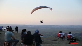 Sakarya'da yamaç paraşütü tutkunlarının görsel şöleni büyüledi