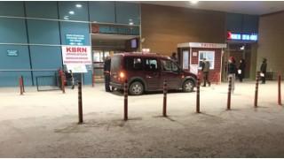 Bursa'da hamile kadın hastaneye yetişemeyince acil servisin önünde araçta doğum yaptı