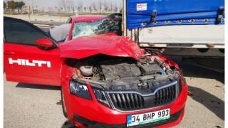Kocaeli'de park halindeki tıra çarpan otomobilin sürücüsü yaralandı