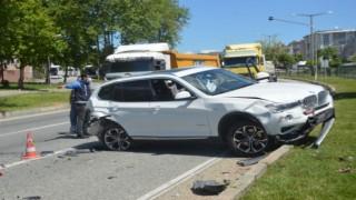 Orhangazi'de polis uygulama noktasında 2 araca çarpan otomobilin sürücüsü yaralandı